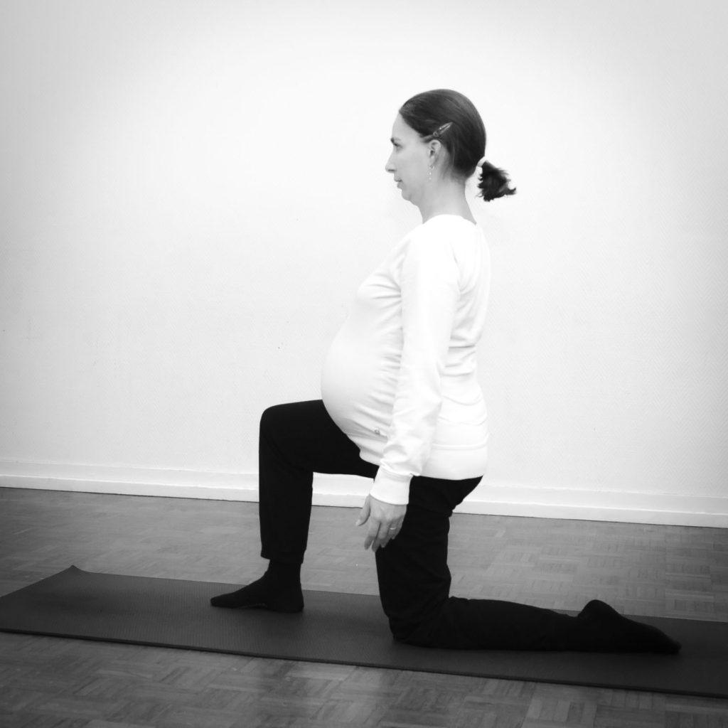 Future maman en posture sur un genou